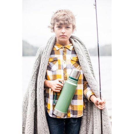 冬の日にスタンレーのボトルを持つ少年
