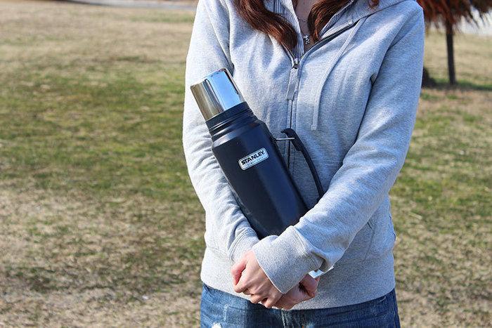 スタンレーのボトルを抱える女性