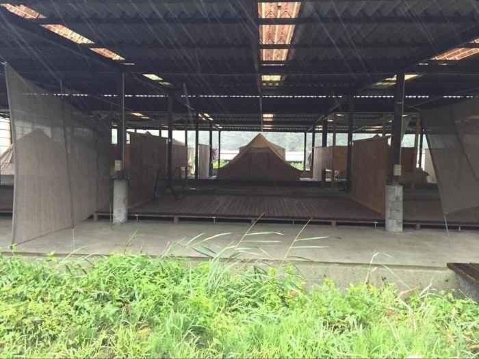サイト間が区切られている雨に濡れないキャンプサイト