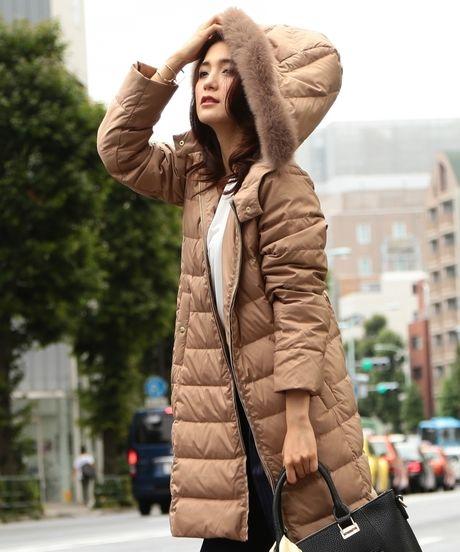 ビーミング by ビームス : ロングダウンコートを着た女性