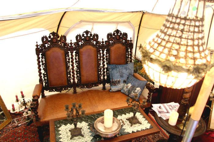 テントの内装に使われているアンティークの家具