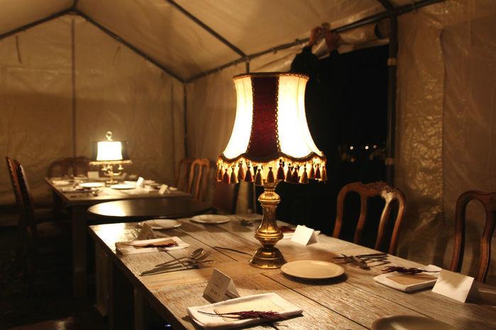 テント内のセットされた食卓