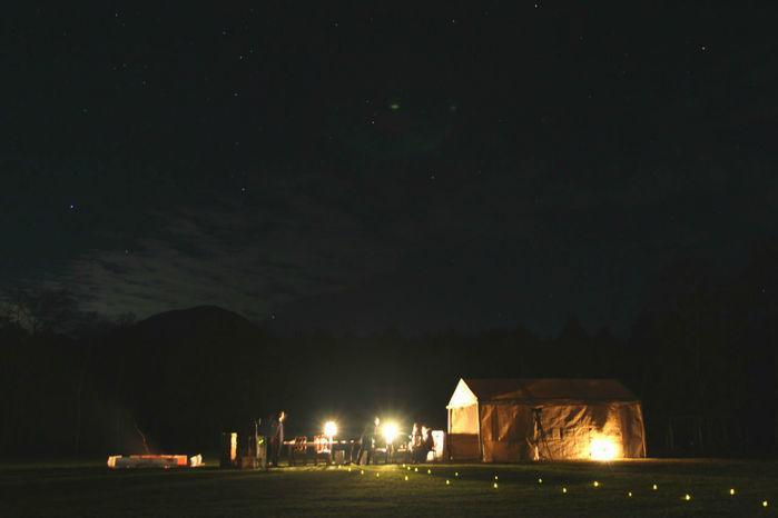 サーカスアウトドアのグランピングサイトの夜の景色