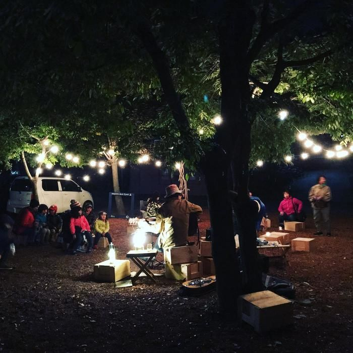 秋の森のほろよいバルで『Sleepy and Jin 』というグループが演奏している様子