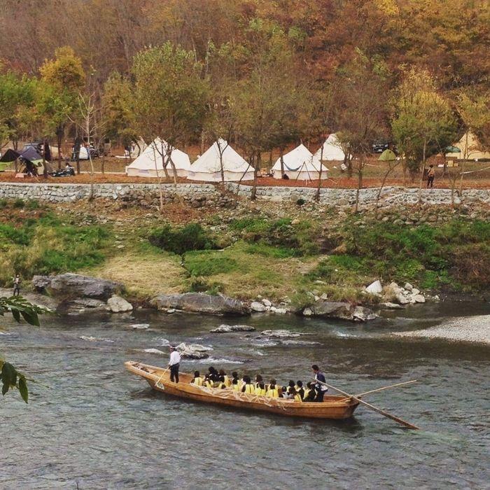 長瀞オートキャンプ場で川下りを楽しむ人々
