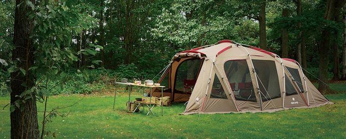 キャンプ場に設置されたスノーピークのテント、トルテュ
