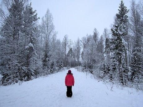 雪山の中で立つ人