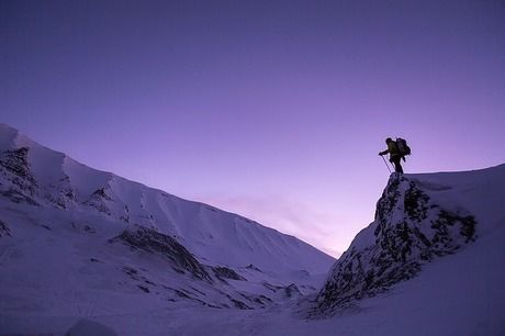 雪山の上に立つ人