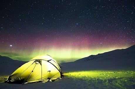 美しい星空とキャンプ用テント