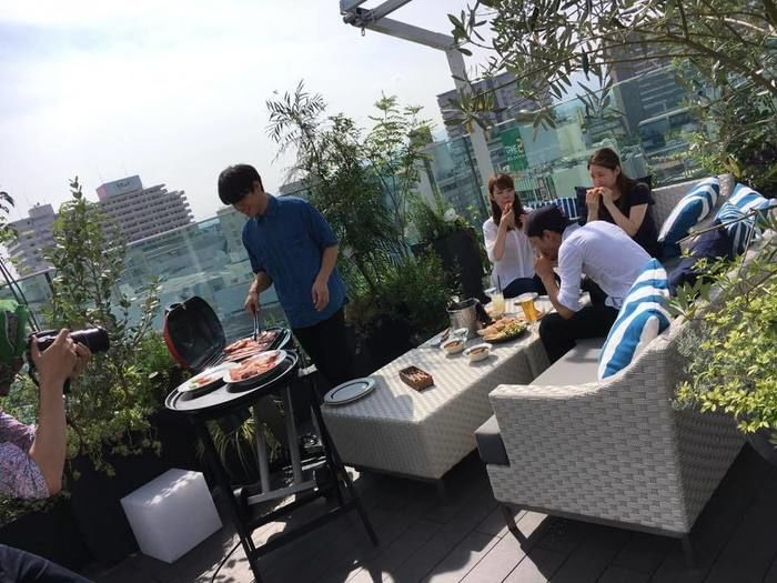 MEAL TOGETHER ROOF TERRACE ミールトゥギャザーでバーベキューをする人々