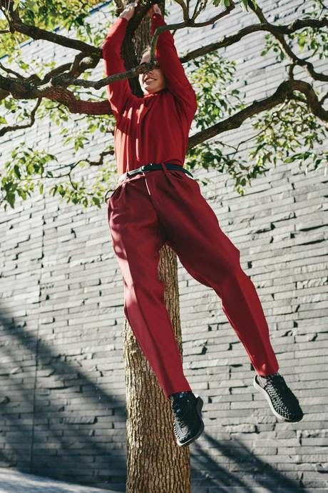 木にぶら下がる人