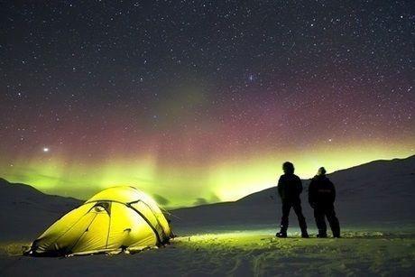 オーロラの見える場所に設営されたテント