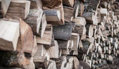 薪がたくさん積まれている写真