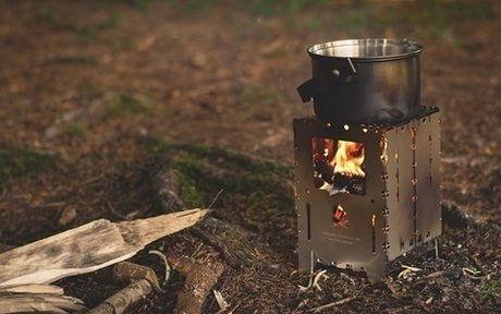 ポータブル薪ストーブで鍋を沸かせている様子の写真