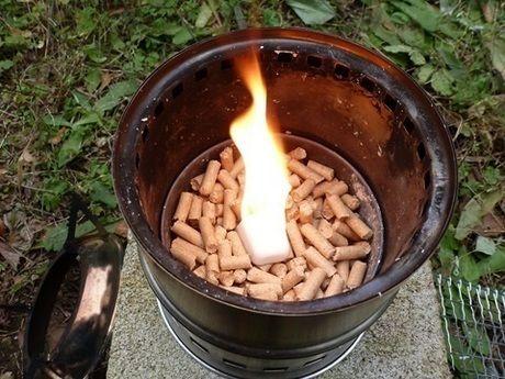 猫砂の上の着火した固形燃料