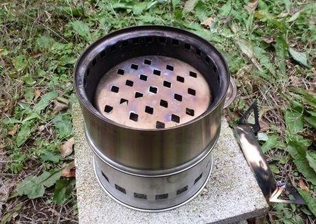 受け皿を反転して組み立て、固形燃料が五徳に近くなるようにした薪ストーブ