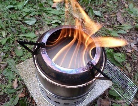 ストーブの内周りから炎が出ている様子
