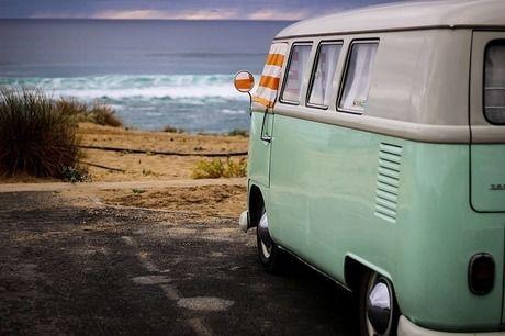 海辺に止まるキャンピングカー