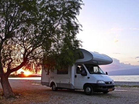 夕日の光とキャブコンのキャンピングカー