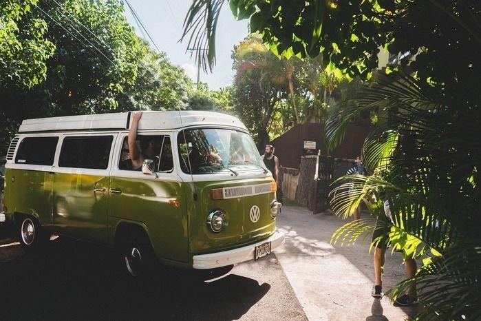 木陰に止まる緑のキャンピングカー