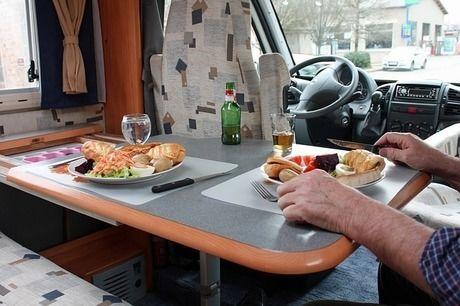 キャンピングカーの中のテーブルに並ぶ食事