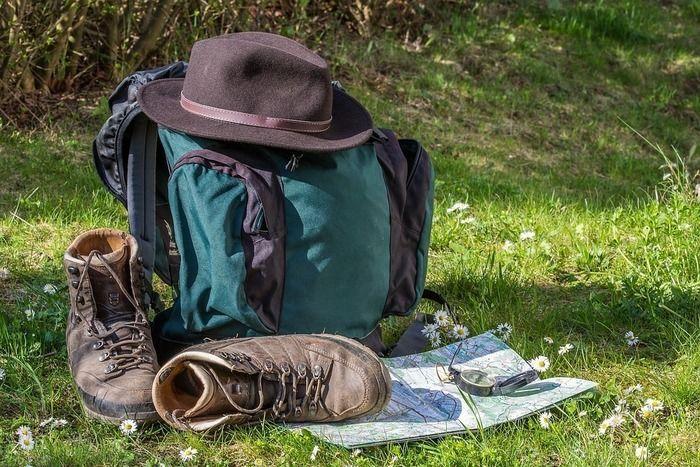 芝生の上に置かれたリュックと靴