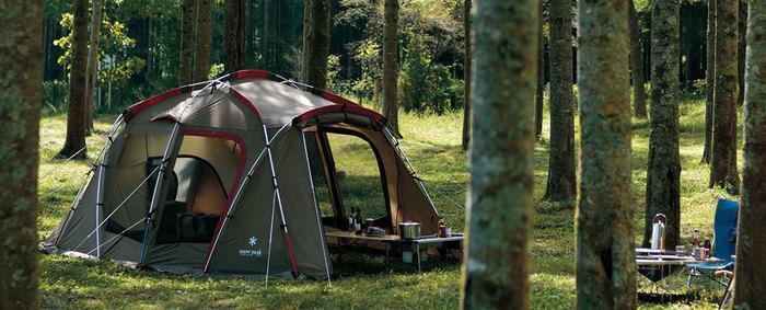 林の中に設置されたスノーピークのテント、タシーク