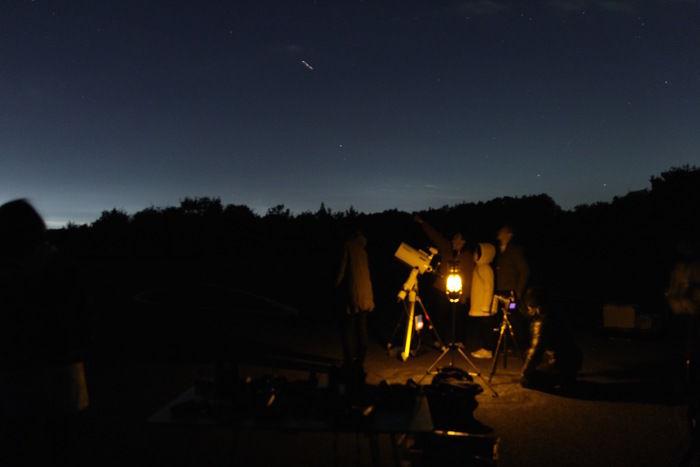 望遠鏡をのぞく家族