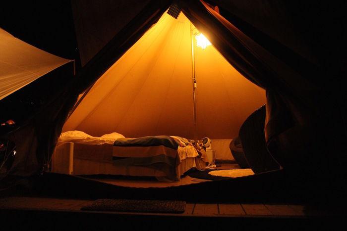 ライトアップされたテント
