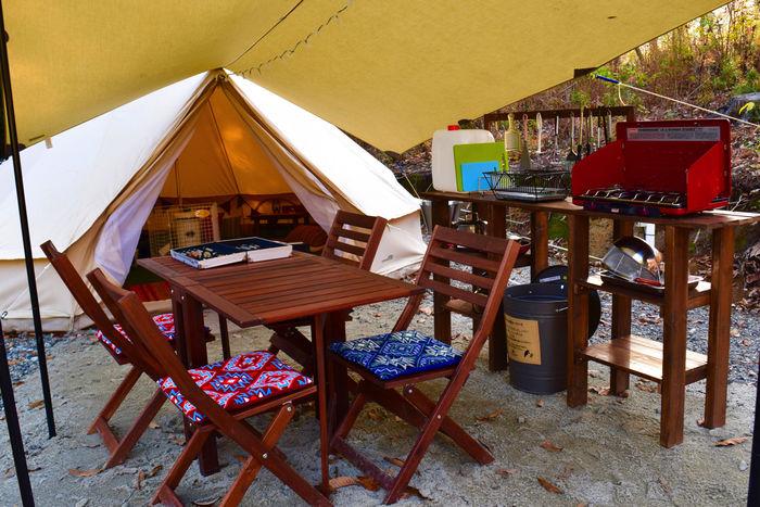 おしゃれな家具が置かれたキャンプサイト