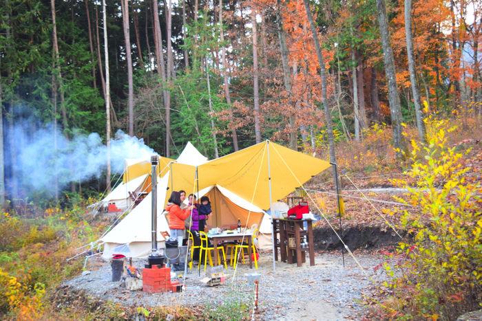 フローラキャンプサイトでキャンプを楽しむ人々