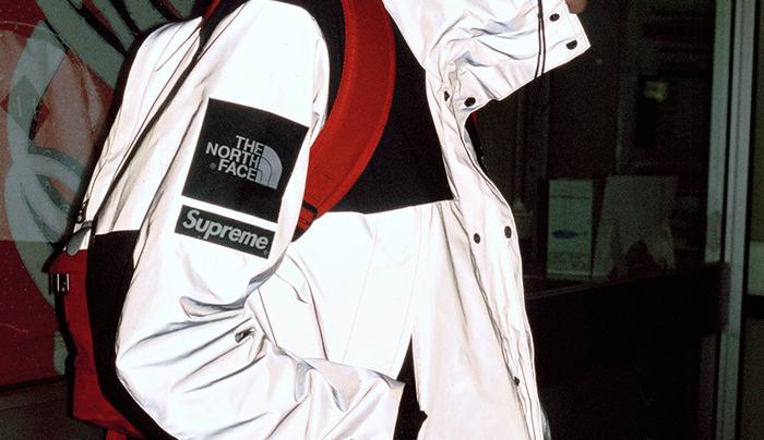 ノースフェイスとシュプリームのコラボ商品のロゴ