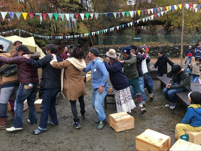 長瀞のペアフェスタでフォークダンスをする人々