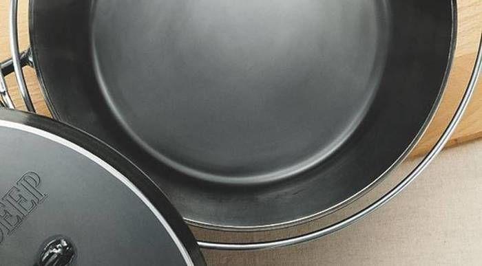 ユニフレームのダッチオーブンの特徴である黒皮鉄板
