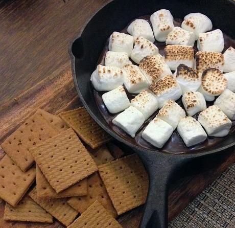 ダッチオーブンで焼いたマシュマロ
