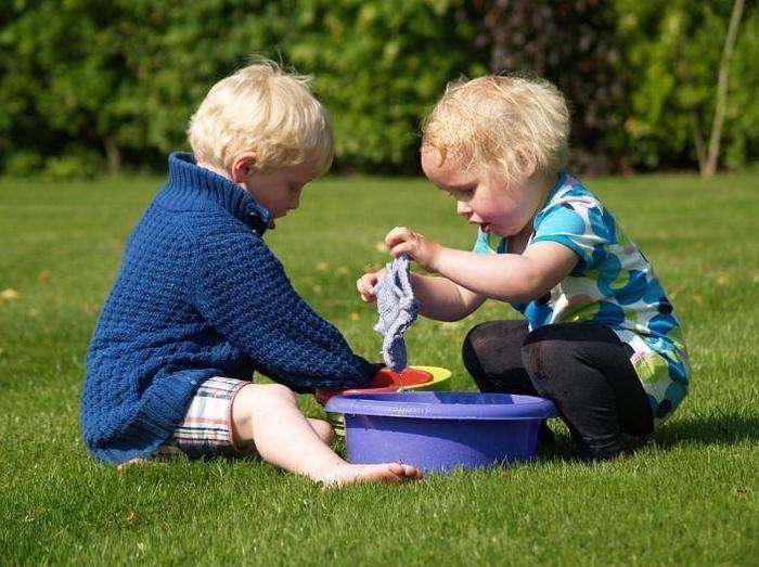 芝生で遊ぶ幼い子供達
