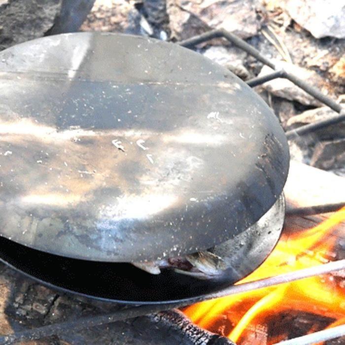 蓋として代用されている焚き火フライパン