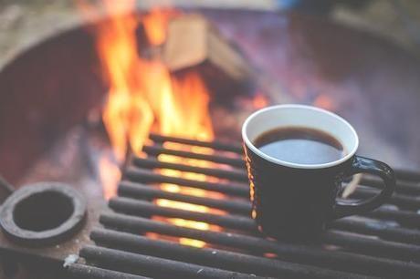 たき火と台の上に乗ったコーヒー