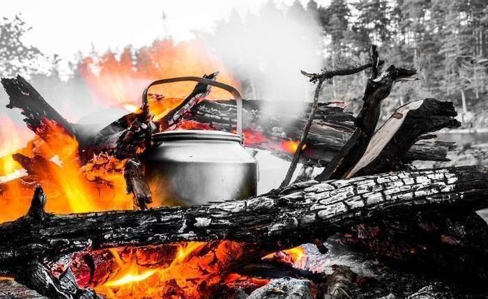 焚き火とやかん