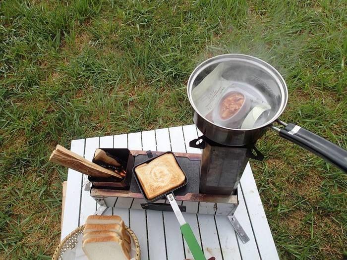 アルミ素材のミニテーブルの上で料理をする様子