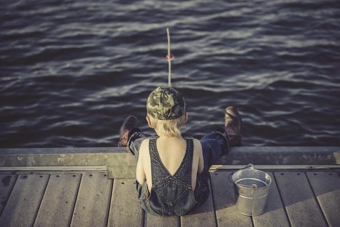 釣りをする子供の後ろ姿