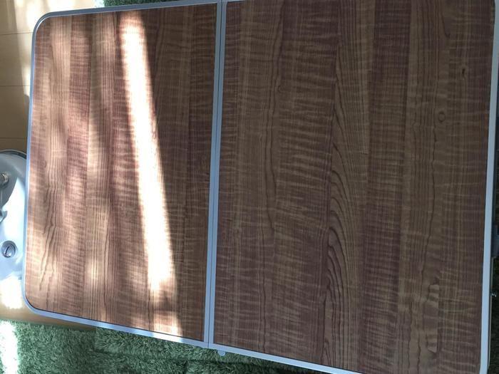 天板が木目調にリメイクされたテーブル