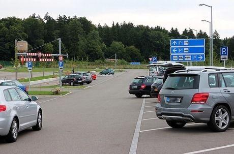 駐車場に停まった車