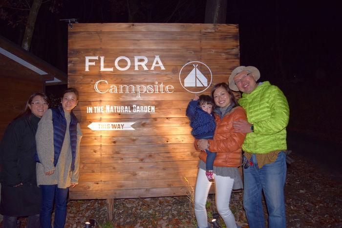 キャンプサイトを経営している家族の写真