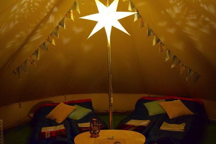 おしゃれなライトが照らすテント内