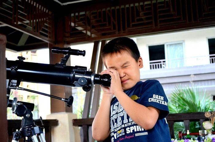 天体望遠鏡を覗く男の子