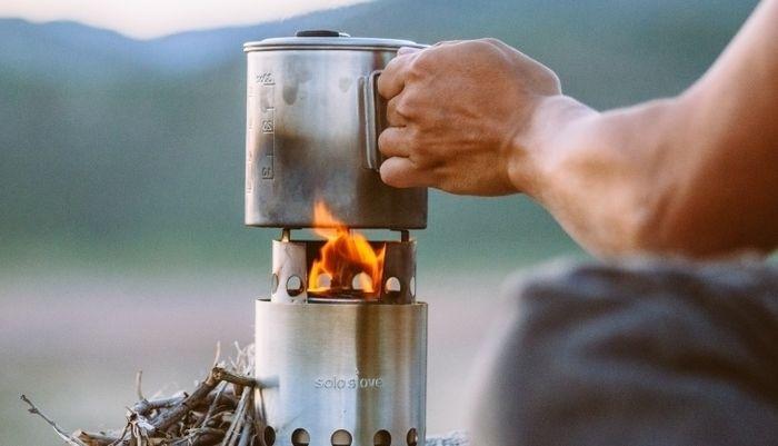 ソロストーブのバーナーでお湯を沸かす様子