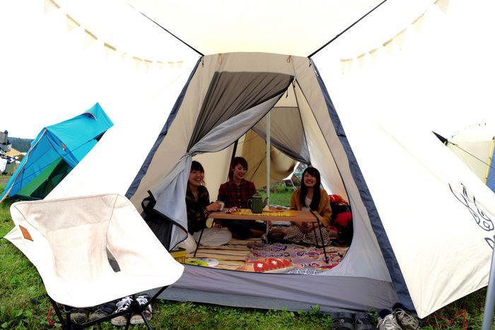 キャンプを楽しむ女性たちの様子