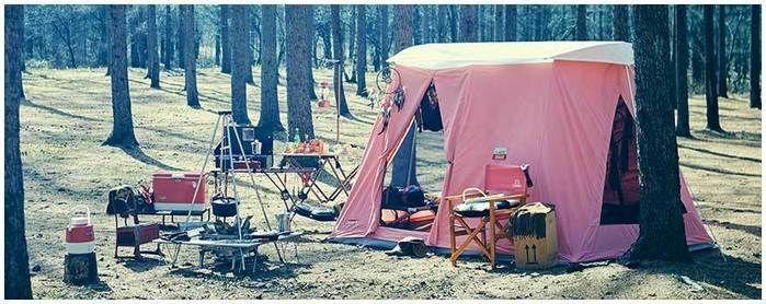 ピンク色のアイテムをたくさん使ったキャンプの様子