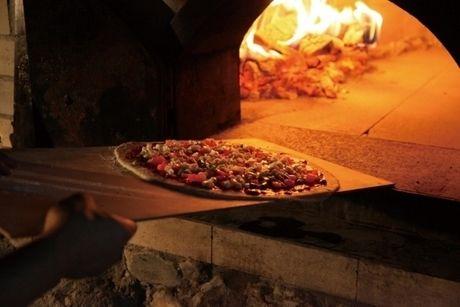 ピザを釜に入れる様子